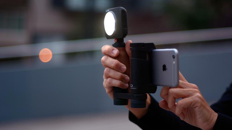 Shoulderpod R1 Go hält Smartphone und Licht bzw. Mikrofon (Foto: Shoulderpod)